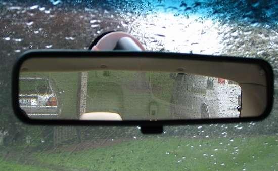 Come utilizzare al meglio lo specchietto retrovisore