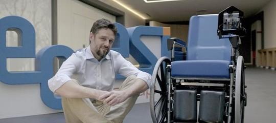 La sedia a rotelle a guida autonoma che si controlla con la voce
