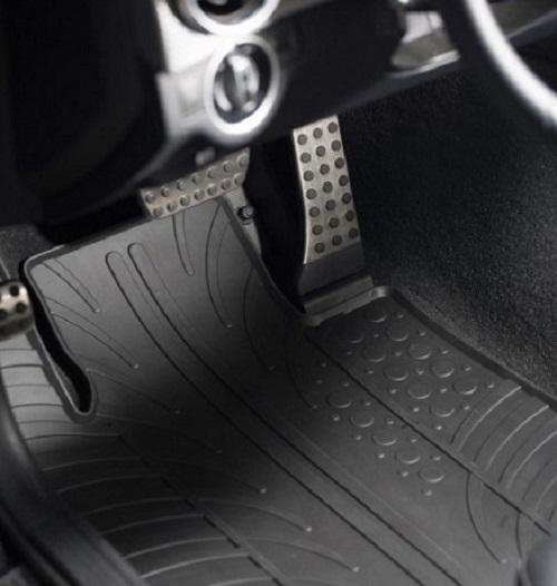 Tappetini auto in gomma nell'automobile