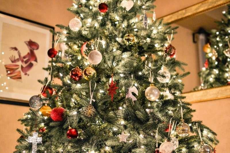 Albero di Natale con decorazioni natalizie